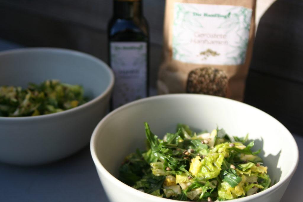 Super Chrunchy Salad; Knuspriger Salat mit Hanföl und Gerösteten Hanfsamen; Leckere Salate
