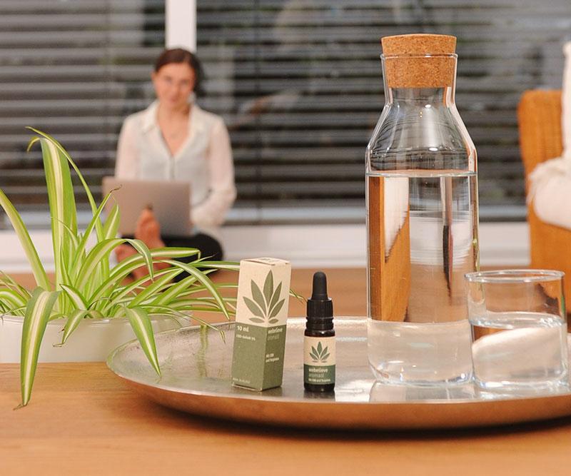 Julia im Home-Office und dem WeBelieve CBD Öl 15%. Für einen entspannten Alltag - Mit Terpenen-Entourage-Effekt - und das vollkommen regional und nachhaltig.